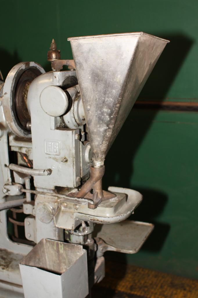 Press Stokes tablet press model F, 1 stations, 4 ton, 3/4 dia. x 11/16 dep. tablet size4